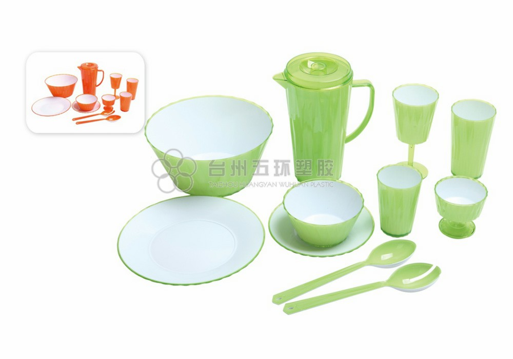 Picnic plates and cutlery set